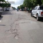 Avenida Nossa Senhora do Carmo no centro de Taperuaba apresenta vários buracos